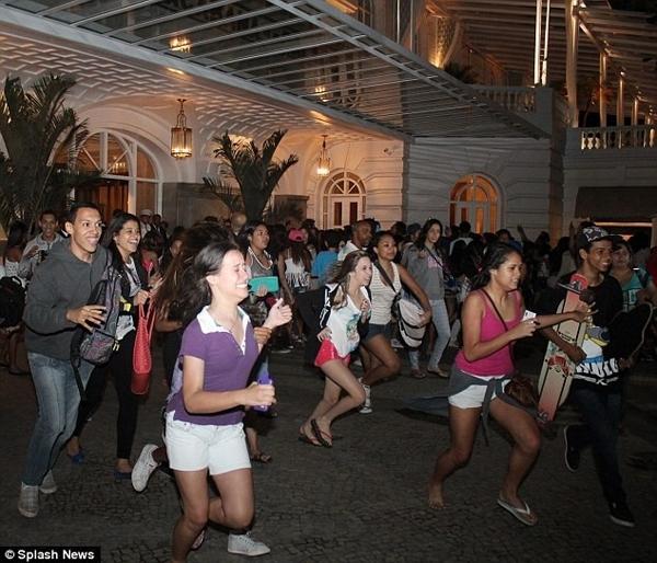 Một lực lượng fan đông đảo luôn tập trung ở khách sạn nơi Justin lưu trú.