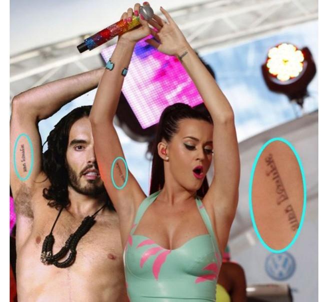 Katy Perry và Russell Brand từng có một hình xăm đôi. Dĩ nhiên, khi cuộc hôn nhân của cả hai chấm dứt hồi cuối năm 2011, những dấu mực này cũng theo đó mà biến mất.