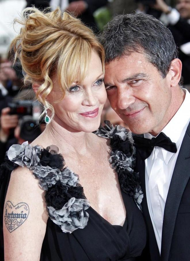 Nữ diễn viên Melanie Griffith cũng thể hiện tình yêu với chồng - ngôi sao Mặt nạ Zorro Antonio Banderas - bằng một hình xăm trên bắp tay. May mắn hơn Katy Perry, sau 17 năm, cuộc hôn nhân của Griffith và Banderas vẫn rất mặn nồng và bền vững.