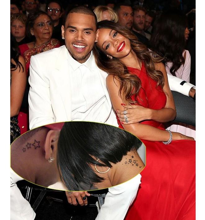 Rihanna và Chris Brown từng có hình xăm đôi. Tuy nhiên, trải qua nhiều sóng gió, dù không còn nhìn mặt nhau, hình xăm này vẫn ở nguyên trên cơ thể của cả Rihanna và Chris Brown.