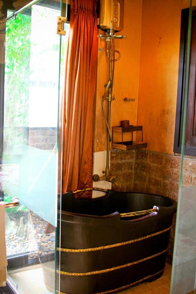 Phòng tắm thiết kế khá cởi mở với những vách tường kính và rèm kéo. Bồn tắm gỗ gợi lại nét truyền thống rất ấn tượng - Tin sao Viet - Tin tuc sao Viet - Scandal sao Viet - Tin tuc cua Sao - Tin cua Sao
