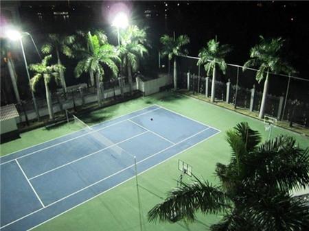 Sân tennis vẫn còn mới.