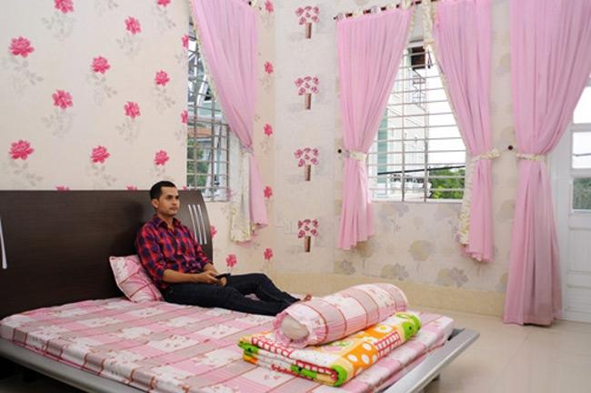 Phòng ngủ lãng mạn, mộng mơ với tường hoa hồng, rèm hồng, vỏ chăn ga gối đệm cũng mang sắc hồng thắm của hoa dịu dàng. - Tin sao Viet - Tin tuc sao Viet - Scandal sao Viet - Tin tuc cua Sao - Tin cua Sao