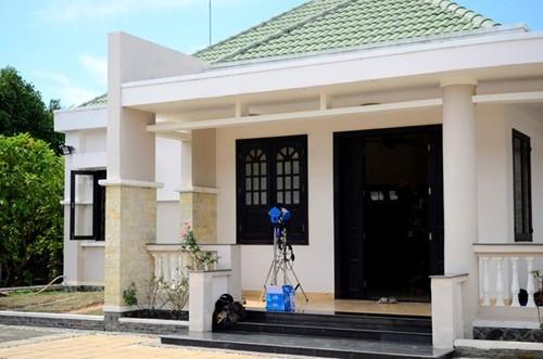 Căn nhà của Việt Trinh và con trai được xây cất theo phong cách hiện đại. Toàn bộ đều có nước sơn màu trắng, sạch sẽ và sáng sủa.