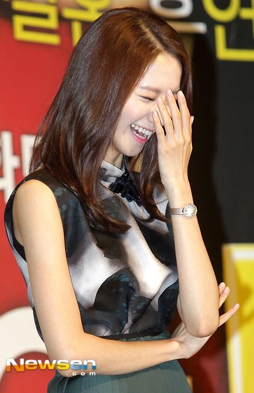 Yoona cực xinh đẹp nhưng không kém phần đáng yêu trong buổi họp báo