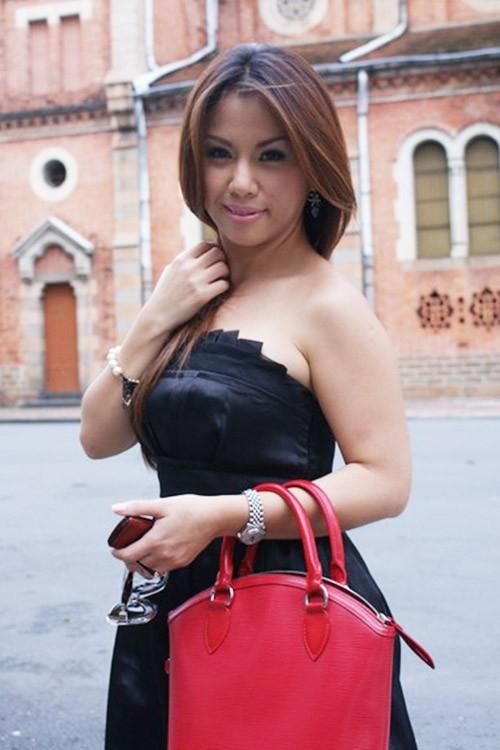Nữ ca sĩ Minh Tuyết sở hữu bờ vai có phần mập ú