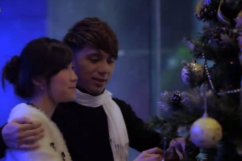 Lan Phương sinh năm 1986, hiện đang làm việc tại Hà Nội, cô cũng từng làm diễn viên phụ họa cho bạn trai mình trong MV Giáng sinh cuối.