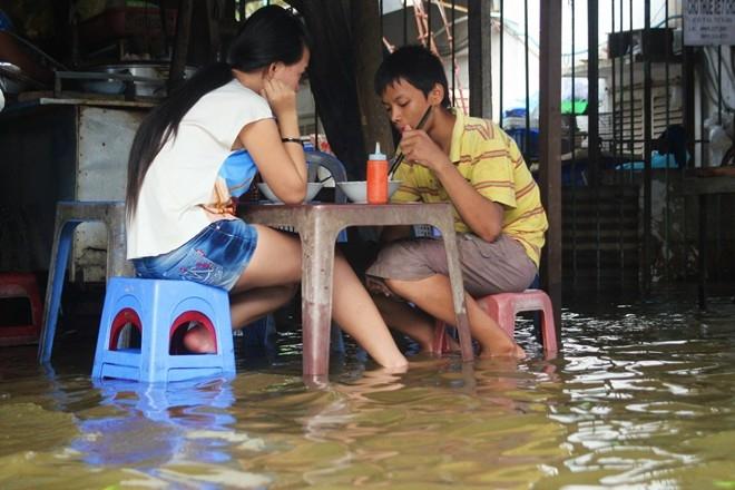 Dân Sài Gòn chèo thuyền giữa phố vì triều cường quá cao