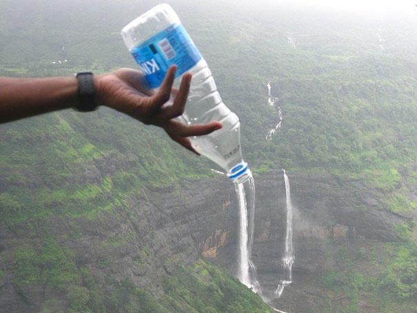 Ngọn thác kia bắt nguồn từ chai nước, thú vị quá nhỉ?