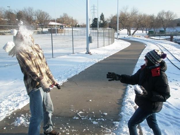 Ai chộp được lúc bóng tuyết vỡ quả thật nhanh tay.