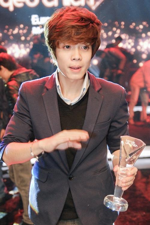 Dù có nhiều scandal nhưng Bùi Anh Tuấn vẫn có tên trong đề cử Nam ca sĩ triển vọng