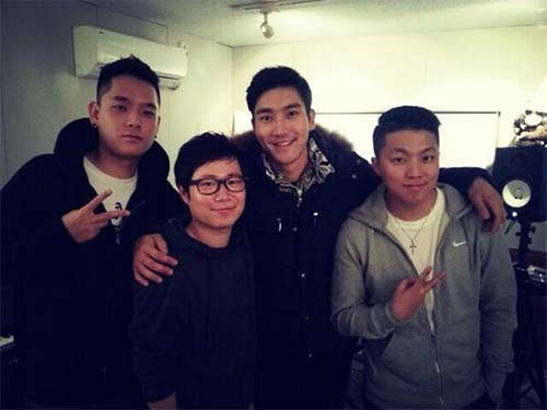 """Bang Yong Suk thì đăng một bức ảnh tự sướng của mình  Nhìn chẳng biết đây là món ăn gì mà G-Dragon (Big Bang) phải viết đầy thảng thốt: """"OMG""""  Siwon (Super Junior) khiến fan chết đứ đừ khi khoe hình tự sướng lúc đang đánh răng  Anh chàng cũng khoe hình đang tụ tập cùng anh em bạn bè: """"Chúng tôi đã có khoảng thời gian rất tuyệt. Thượng đế thật tốt. Chúc mọi người ngủ ngon!""""  Minzy (2NE1) thì khoe ảnh điệu đà với bộ cánh mới: """"Satin Laurent. Phong cách của tôi""""  Donghae (Super Junior) thì khoe """"giày đôi"""" với Eunhyuk: """"EunHae giày giống nhau. Jordan. Hiện chúng tôi đang thu âm""""  Jun.K (2PM) cũng đang ở trong phòng thu, chuẩn bị cho sản phẩm âm nhạc mới: """"Tôi và Changddai tại studio #143v. Chúng tôi đang mix hai bài hát mới. Haha"""""""