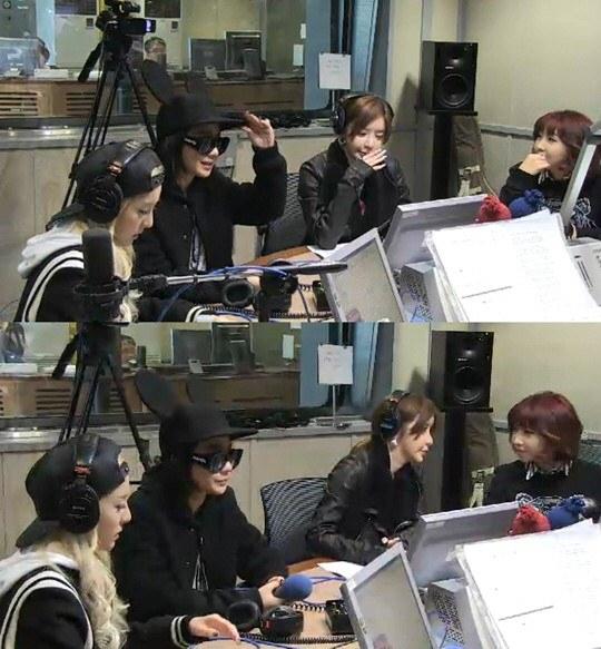 2NE1 trong chương trình radio. CL xuất hiện cá tính với chiếc nón tai mickey đáng yêu