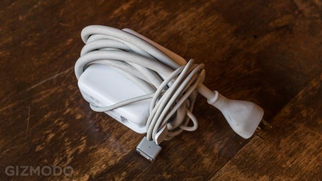 Bạn đã biết cách quấn dây sạc MacBook đúng cách?