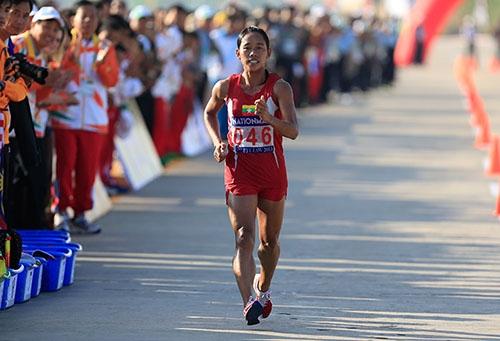 """Khoảnh khắc """"chạy"""" về đích của vận động viên Myanmar"""