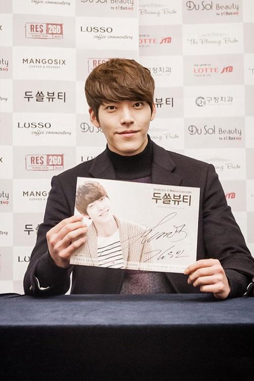 Kim Woo Bin trong buổi ký tặng fan chiều 15/12 /2013