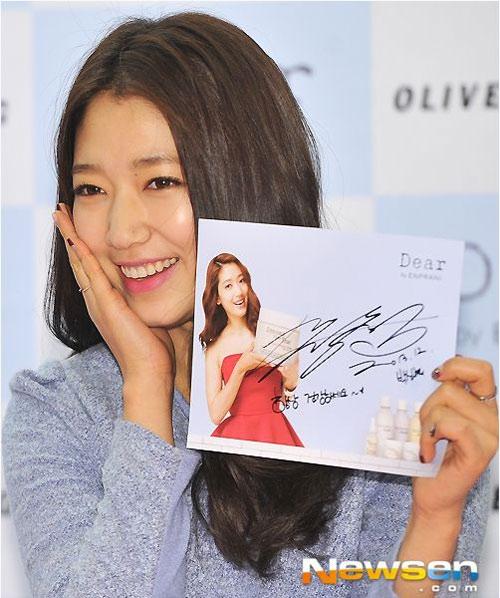 Park Shin Hye rạng rỡ trong buổi ký tặng fan mới đây