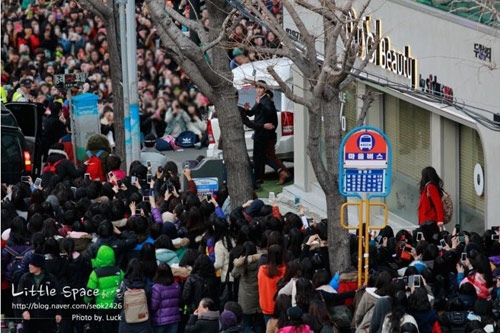 Trong một sự kiện fansign vào tháng 2 năm nay ghi lại quang cảnh hàng nghìn fan xếp hàng muốn được gặp Kim Woo Bin