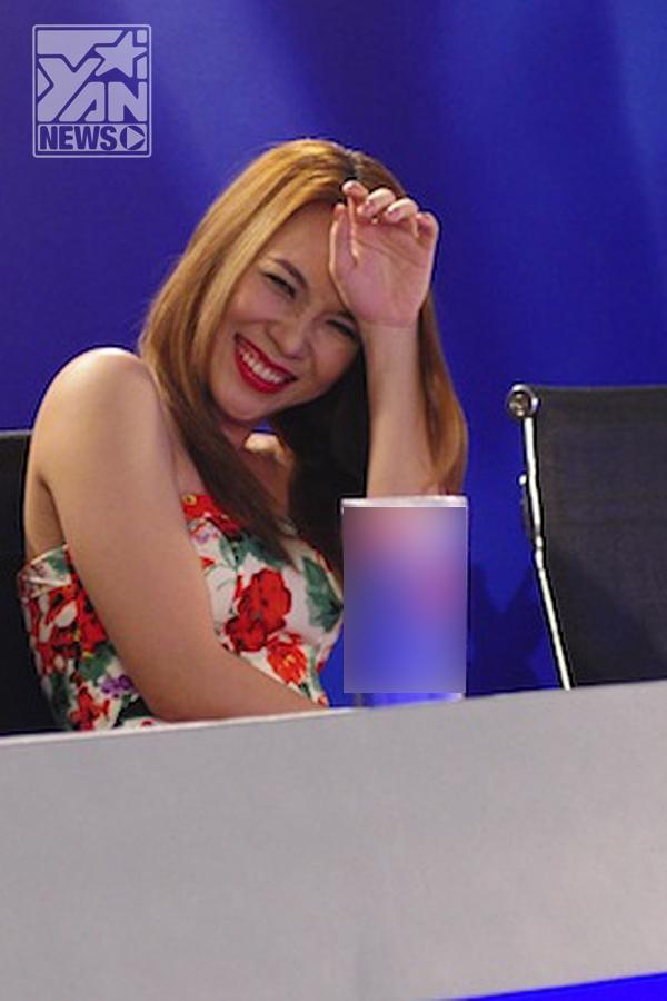 """Lý do khiến nữ ca sĩ đồng ý trở lại ghế nóng mùa thứ 5 của Vietnam Idol chính là vì những cảm xúc rất chân thật mà các thí sinh mang đến cho cô. Và trong tập đầu tiên Mỹ Tâm đã trải qua rất nhiều cảm xúc khó quên với những gương mặt đầu tiên tại vòng thử giọng ở Hà Nội.   Nụ cười """"thương hiệu"""" Mỹ Tâm được phát huy hết cỡ khi cô chứng kiến những màn trình diễn """"thảm họa""""     Cũng có đôi lúc """"đứng hình nhẹ"""" khi các tiết mục dần trở nên khó đỡ     Cười đến...té xỉu   Đôi lúc lại trở nên phấn khích...quá độ - Tin sao Viet - Tin tuc sao Viet - Scandal sao Viet - Tin tuc cua Sao - Tin cua Sao"""