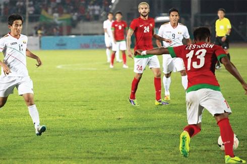 Indonesia (áo đỏ) đánh bại chủ nhà Myanmar để giành quyền vào bán kết