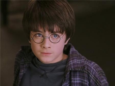 Hình ảnh Harry Potter vào năm thứ nhất học tại trường phù thủy Hogwarts.Sau rất nhiều vòng phỏng vấn, vào tháng 8/2000, Daniel chính thức được nhận vai Harry Potter. Với vẻ ngoài đáng yêu cùng lối diễn tự nhiên, Daniel lập tức nhận được sự ủng hộ. Cậu bé lúc bấy giờ được cho là hình ảnh chuẩn và gần như hoàn hảo với mô tả nhân vật này của nhà văn J.K. Rowling.