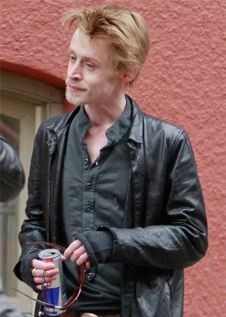 Macaulay già nua và kém sắc khi xuống phố khiến nhiều người không khỏi bất ngờ và sốc. Anh còn bị cho rằng không thể sống qua 6 tháng nữa vì nghiện ma túy quá nặng. Mặc dù lập tức phủ nhận, nhưng những hình ảnh này cũng khiến nhiều người yêu mến Macaulay không khỏi lo lắng cho sức khỏe của anh.