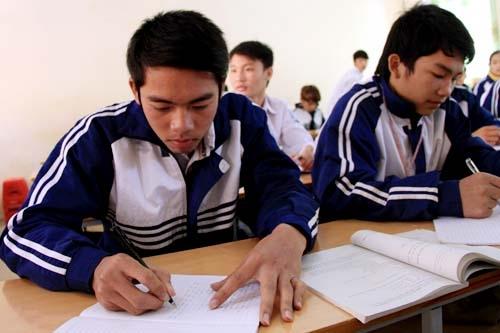 Hành động dũng cảm của Phạm Thanh Sơn (trái) đã khiến tập thể lớp và học sinh trường THPT Cẩm Thủy 1 rất thán phục. Ảnh: Lê Hoàng.