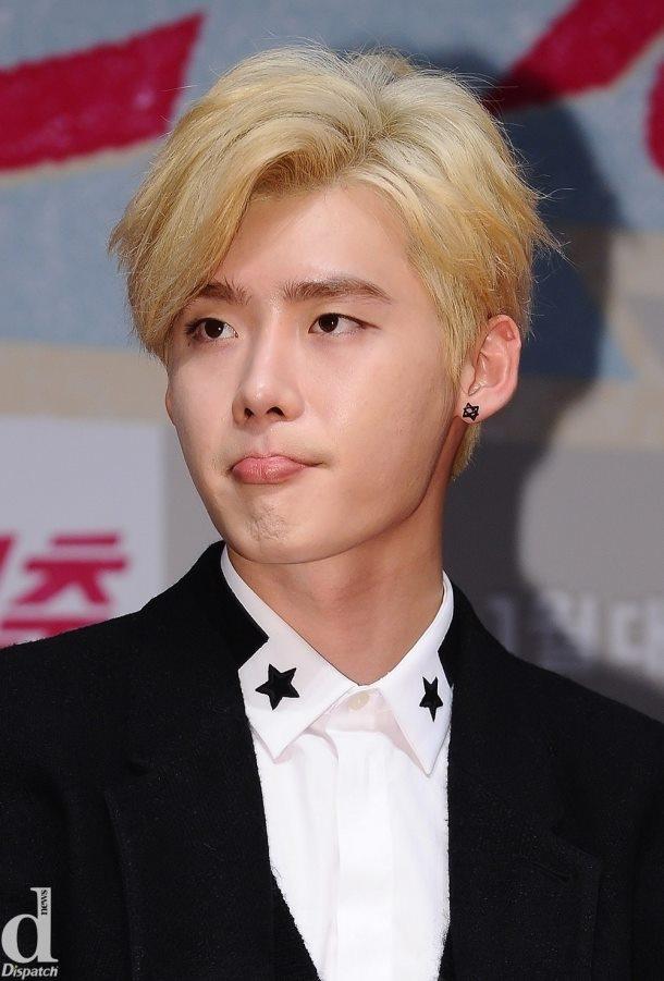 """Những biểu cảm """"siêu đáng yêu"""" của Lee Jong Suk trong buổi họp báo"""