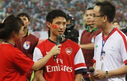 Sau đó cái tên Running Man không chỉ nổi tiếng tại Việt Nam mà còn thế giới. Anh được HLV Arsene Wenger gửi thư mời dự khán Emirates Cup tại sân nhà Arsenal từ ngày 3-4/8.