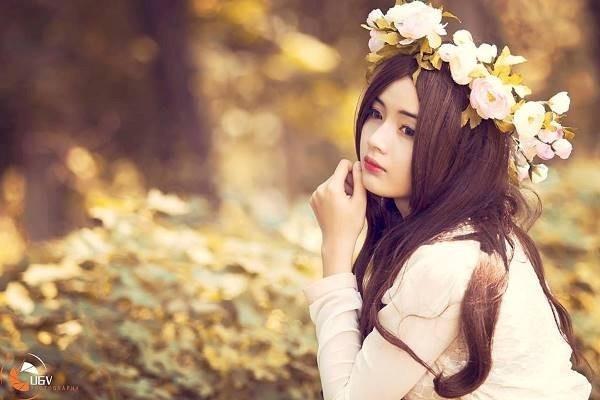Cô gái tên thật là Lê Lý Lan Hương, 19 tuổi hiện sống và học tập tại TP.HCM. Vẻ xinh xắn và nữ tính của Hương thu hút nhiều người, cô bạn có hơn 8.000 lượt theo dõi trên mạng xã hội.