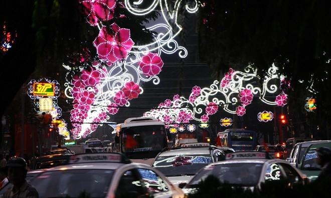 Từ tháng 12, các đường phố quận 1 bắt đầu được trang trí đèn hoa. Cận Giáng sinh, lượng người đổ về trung tâm bắt đầu đông dần, từ 20h, các phố lớn bắt đầu ùn tắc.