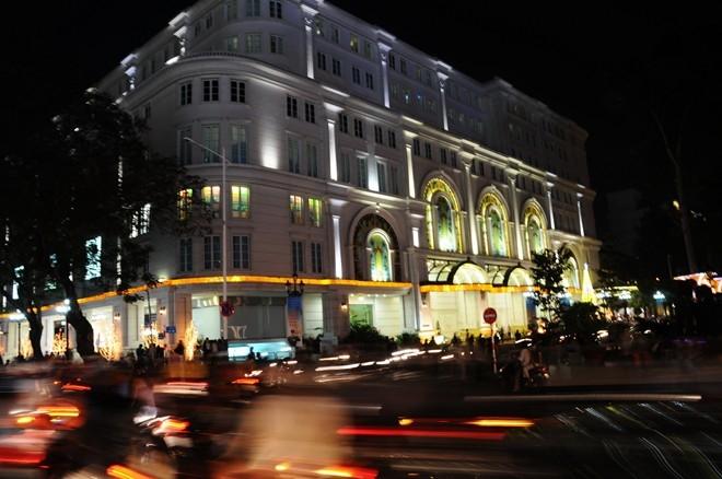 Ngoài ra, trung tâm thương mại Vincom mới đổi tên cũng là vị trí được giới trẻ chọn để chụp hình.