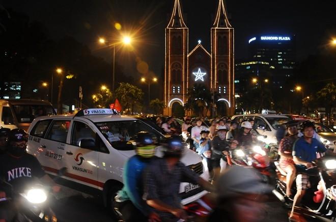 Cảnh ùn xe thường thấy trước Nhà thờ Đức Bà, đổ vào đường Đồng Khởi.