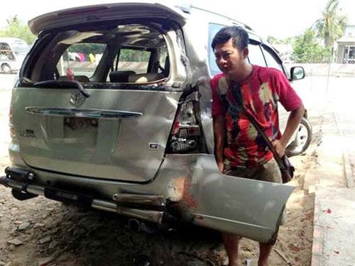 Gương mặt thất thần vì may mắn thoát chết của Tấn Beo bên cạnh chiếc xe bị tai nạn.