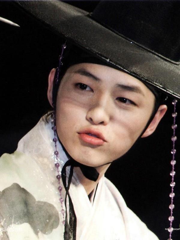 Nổi tiếng thông minh, học giỏi và diễn xuất tốt, Song Joong Ki còn rất được yêu thích bởi nụ cười toả nắng, cùng đôi môi đáng yêu.