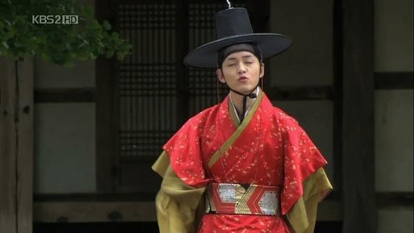 """Vừa qua, Song Joong Ki cũng đã chiến thắng ở hạng mục """"Nam diễn viên được yêu thích nhất"""" do cộng đồng fan Việt bình chọn. Đặc biệt, Song Joong Ki cũng thường xuyên chụp ảnh với kiểu tạo dáng chu môi."""