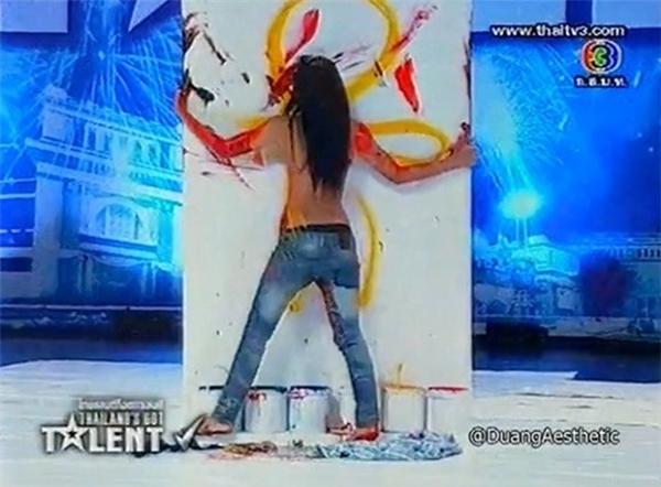 Trước đó, một cô gái trẻ ở Thái Lan cũng khiến dư luận xôn xao khi xuất hiện trong cuộc thi tìm kiếm tài năng Thailand's Got Talent 2012 và thể hiện tài năng vẽ tranh bằng... ngực ngay trên sân khấu.