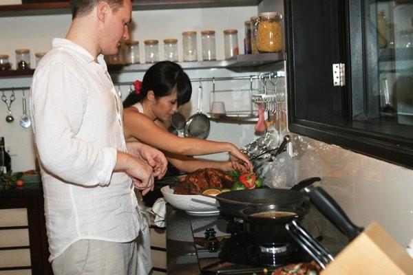 Chồng Hồng Nhung cũng thường xuyên vào bếp để giúp vợ nấu ăn