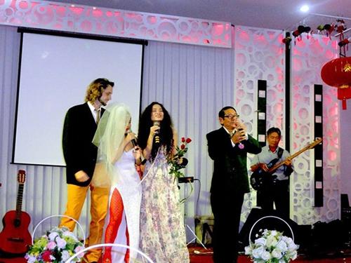 ... cho đến đám cưới, vợ chồng Mai Khôi đều đặc biệt gây chú ý bởi phong cách không giống ai