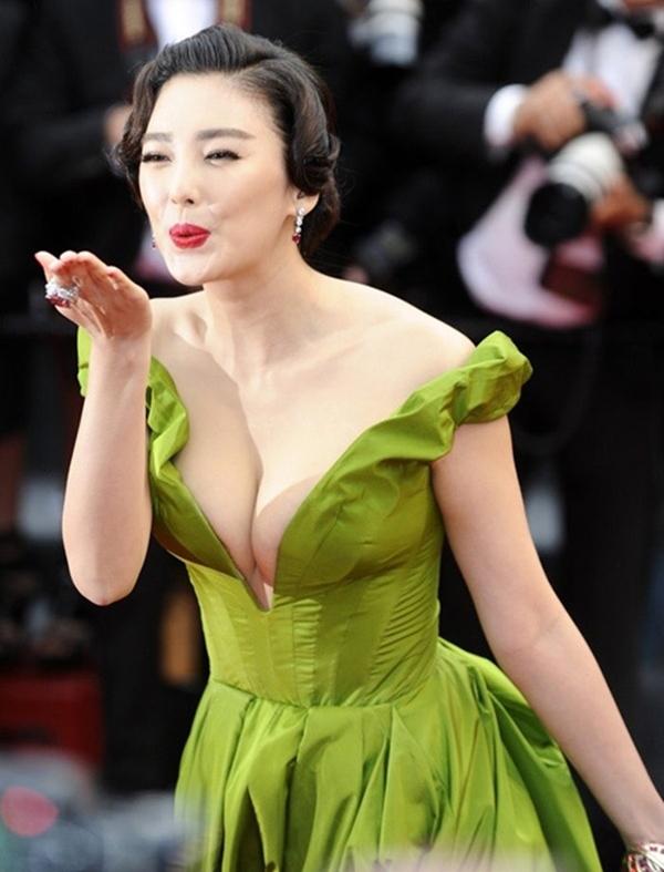 Trương Vũ Kỳ nổi bật và gây chú ý tại thảm đỏ LHP Cannes 2013.