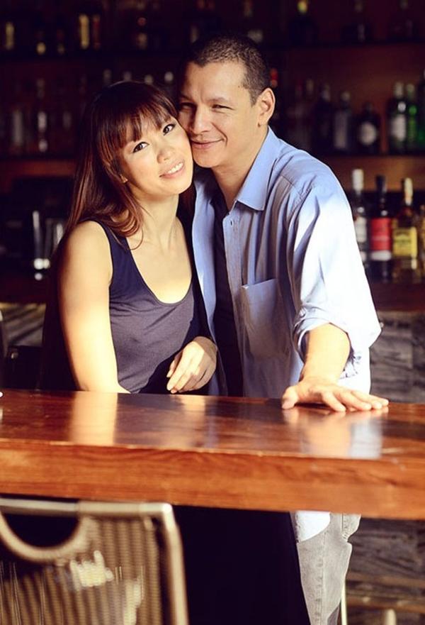 """Siêu mẫu Hà Anh khiến người hâm mộ thích thú khi gọi người yêu, đầu bếp nổi tiếng Bobby Chinn, là """"Đầu Bù Xù"""", """"hắn"""" hoặc """"tên ấy"""". Cô hiếm khi nhắc tên người yêu trên trang cá nhân, mà thường dùng biệt danh."""