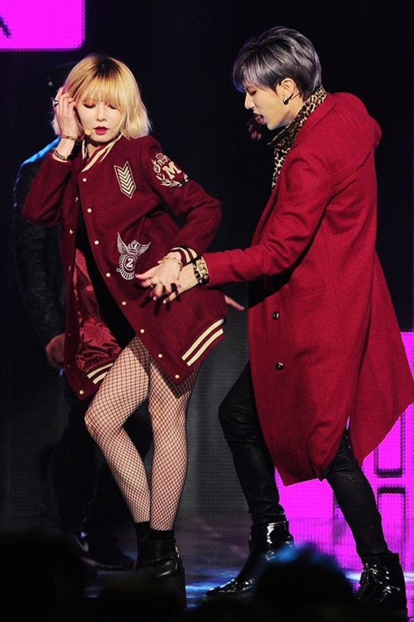 Hyuna và Hyunseung gây nóng sân khấu với những màn biểu diễn sexy. Cặp đôi liên tục triển khai chiêu thức này