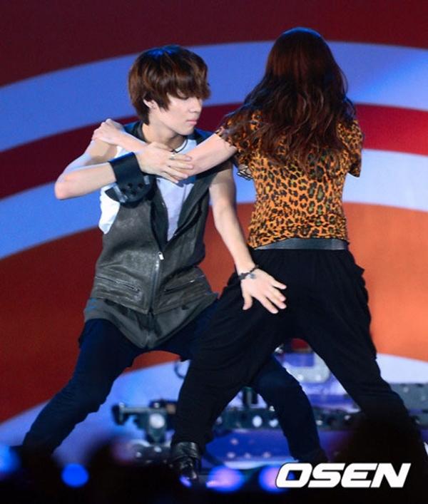 """Taemin không ngần ngại """"sàm sỡ"""" bạn nhảy ngay trên sân khấu"""