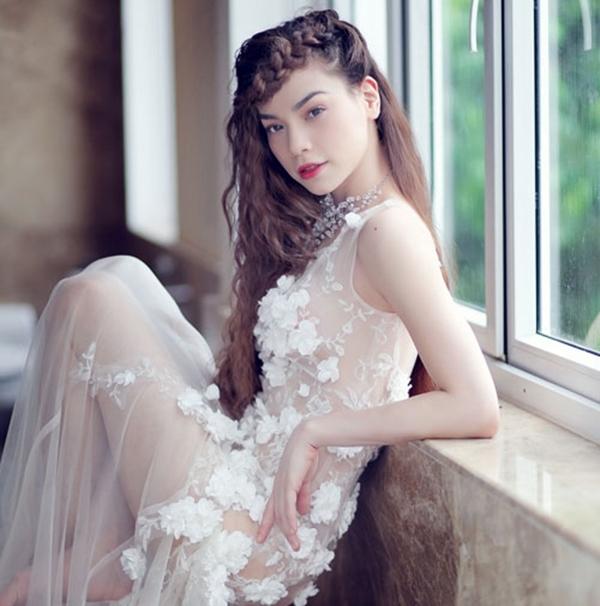 Hồ Ngọc Hà siêu gợi cảm trong bộ váy voan mỏng manh khoe đôi chân thon dài, da trắng nõn