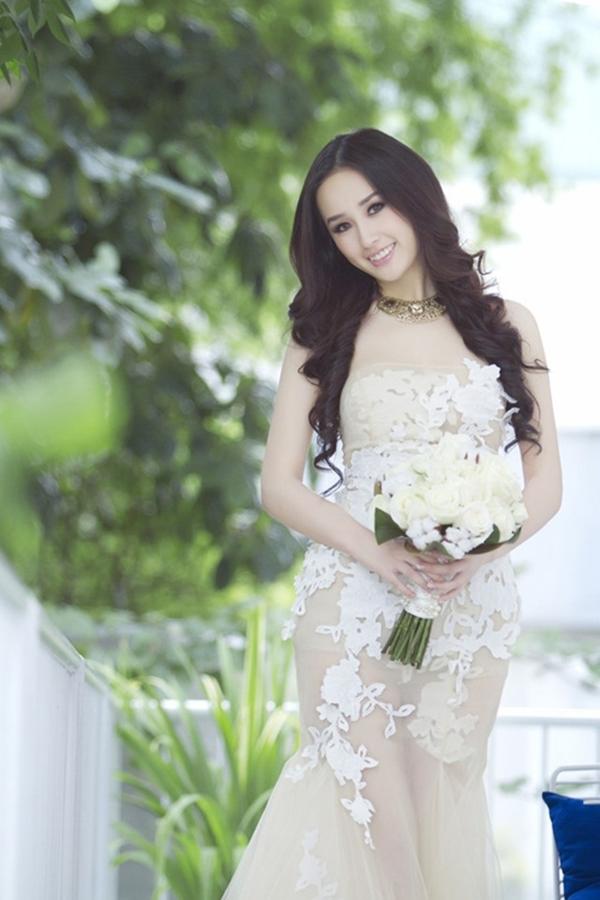 Hoa hậu Mai Phương Thuý gợi cảm trong bộ váy cô dâu xuyên thấu, bó sát