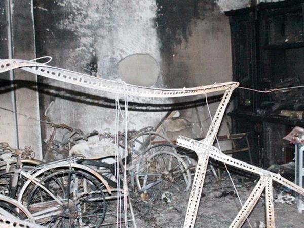 Xe đạp trong cửa hàng bị cháy