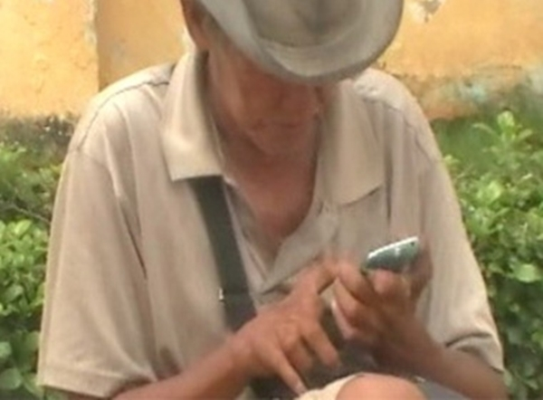 Ông Võ Thành Châu đi ăn xin nhưng xài iPhone.