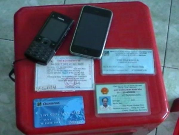 Điện thoại và giấy tờ, thẻ ATM của ông già ăn xin.