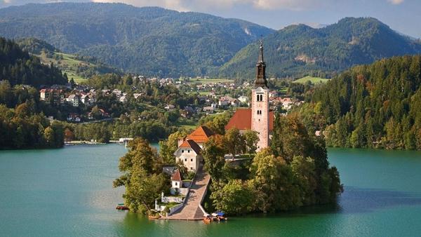 10 ngôi làng đẹp ngỡ ngàng như cổ tích tại Châu Âu