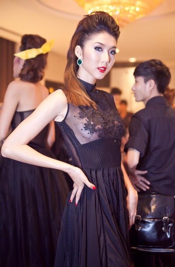 Mới đây, Ngọc Quyên xuất hiện trong một sự kiện với một bộ váy cực kỳ gợi cảm. Bộ váy này có phần ngực bằng vải trong suốt táo bạo, vòng 1 được che chắn khéo léo bằng một lớp ren thêu đắp lên tinh tế.